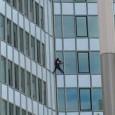 Ce jeudi 10 mai 2012 après-midi, Alain Robert, le Spiderman français, a grimpé à mains nues la tour First de La Défense (92). Avec ses 231 mètres, il s'agit du […]