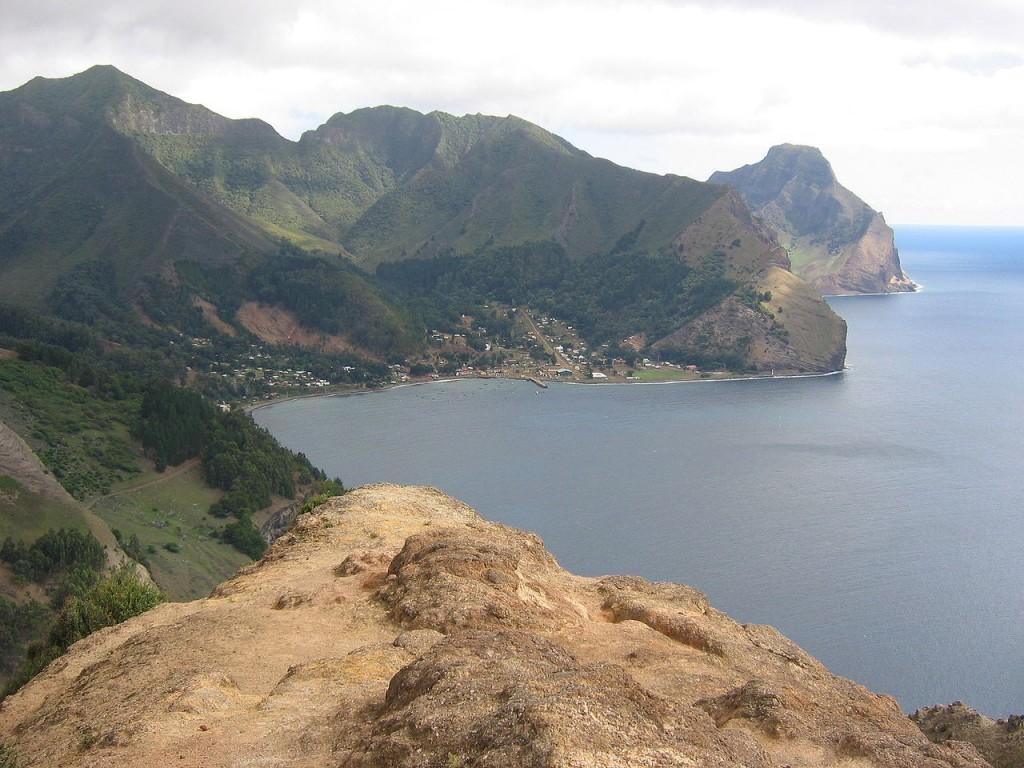 1280px-Isla_Juan_Fernandez_(vista_hacia_Robinson_Crusoe_desde_Montaña)[1]