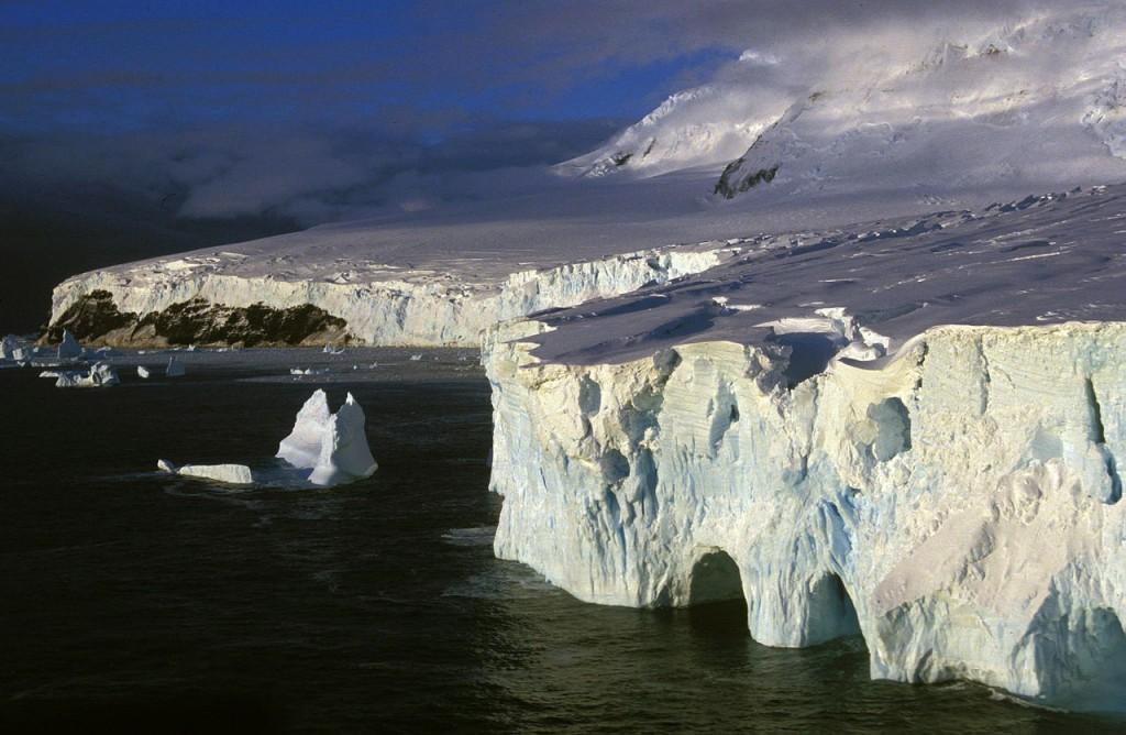 1280px-Küste_der_Peter-I.-Insel_in_der_Amundsen-See_1994[1]