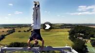 SCOTT YOUNG fait un équilibre en haut d'une tour de radio Scott Young parcourt le globe en effectuant des cascades hallucinantes, repoussant les limites physiques et mentales de chacun. Il […]