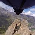 Voici une vidéo complètement folle, réalisée par un suisse qui passe dans une faille de 2m60 de large à 200 km/h. Il s'agit de l'Italien Uli Emanuele, un BASE jumper […]