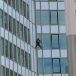 Alain Robert a grimpé à main nues la Tour First de La Défense.