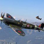 Yves Rossy, alias Jetman, vole en compagnie de deux avions mythiques, les Spitfire