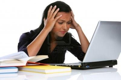 8007243-jeune-femme-avec-portable-eion-a-des-problemes-informatiques[1]