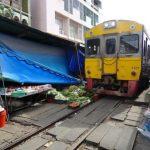 [Vidéo Incroyable] Un train traverse un marché