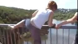 un-femme-s-apprete-a-sauter-d-un-pont_146365_w250[1]
