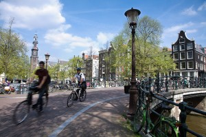 800px-Amsterdam_-_Bicycles_-_1058