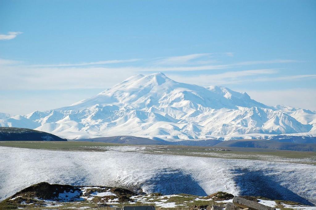 Le mont Elbrouz vu depuis le nord.