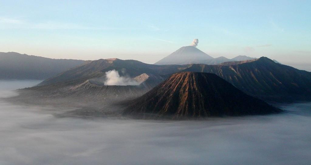 Le Bromo (cratère fumant au second plan), le Semeru (dernier plan) et le Batok (premier plan).