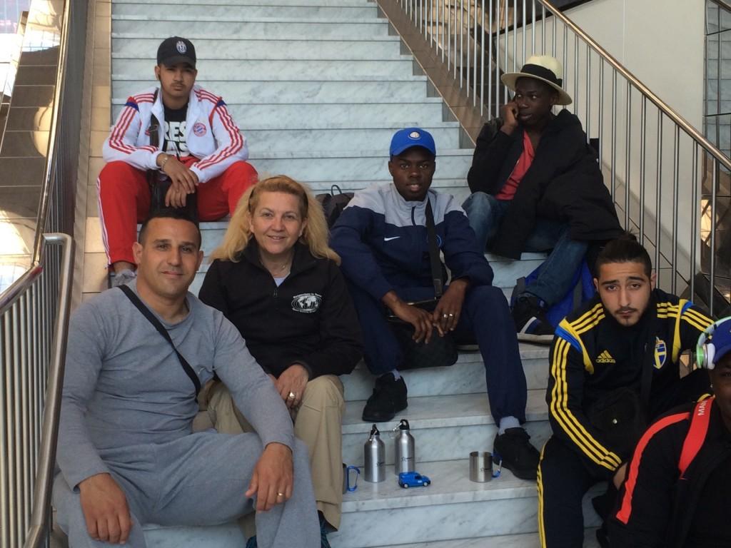 Djamel Bouda, Patricia Hedrich et les jeunes de Montreuil à l'aéroport avant le départ