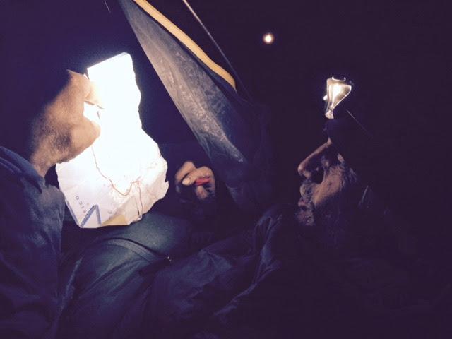 lecture de carte en pleine nuit