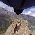 Il passe en wingsuit par un trou de 2m60 à 200 km/h
