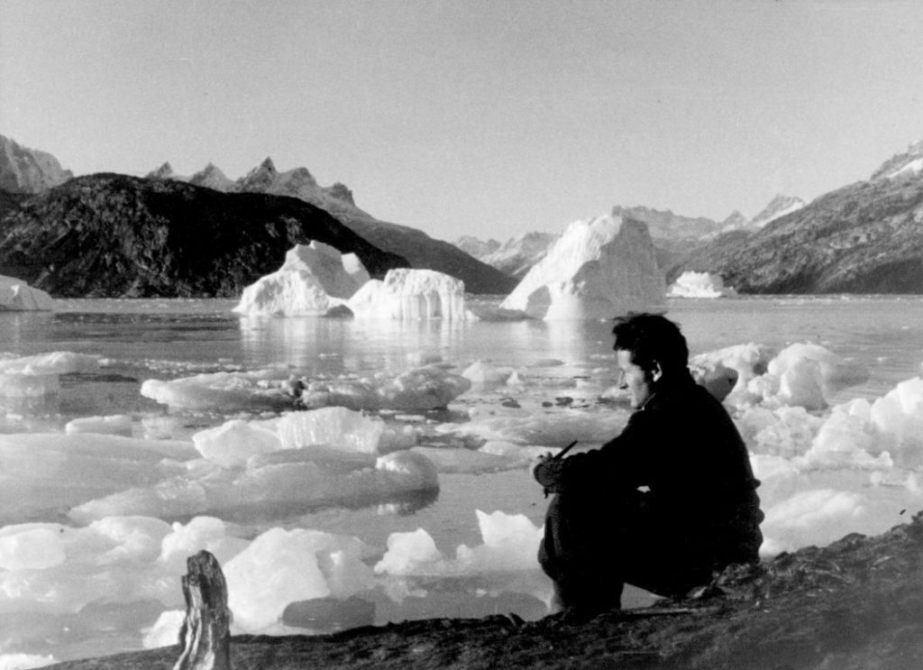 072 Groenland, Kangerlussuatsiaq, septembre 1936 - Paul-Émile Victor assis au bord du fjord - Photo Paul-Émile Victor / Fonds Paul-Émile Victor [droits geres par Rue des Archives]