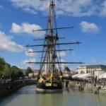 En 2018, l'Hermione, la frégate de la Liberté, entreprend un voyage de l'Atlantique à la Méditerranée
