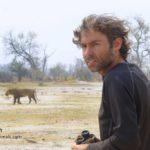 Il parcourt le monde entier à la rencontre des animaux sauvages dans les endroits les plus reculés
