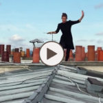 Une parisienne acrobate sur les toits de Paris