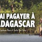 Deux aventuriers français construisent un radeau pour descendre une rivière à Madagascar